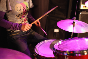 ドラムを演奏する女性の写真素材 [FYI03050141]