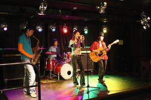 ステージで演奏する若者たちの写真素材 [FYI03050142]