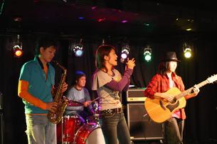 ステージで演奏する若者たちの写真素材 [FYI03050144]