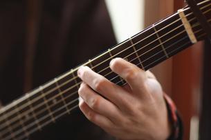ギターを演奏する手の写真素材 [FYI03050149]