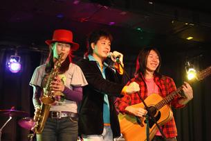 ステージで演奏する若者たちの写真素材 [FYI03050150]