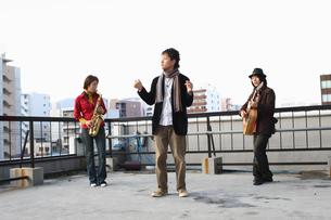 屋上で合奏する若者たちの写真素材 [FYI03050152]