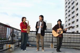 屋上で合奏する若者たちの写真素材 [FYI03050154]