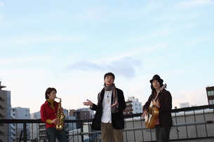 屋上で合奏する若者たちの写真素材 [FYI03050156]