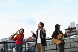 屋上で合奏する若者たちの写真素材 [FYI03050158]