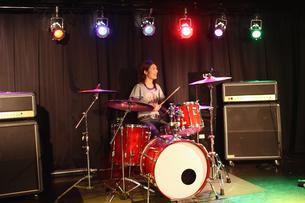 ステージでドラムをたたく若者の写真素材 [FYI03050159]
