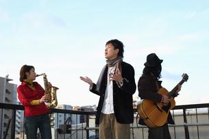 屋上で合奏する若者たちの写真素材 [FYI03050161]