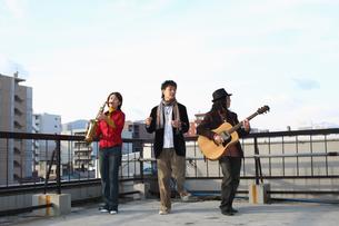 屋上で合奏する若者たちの写真素材 [FYI03050162]