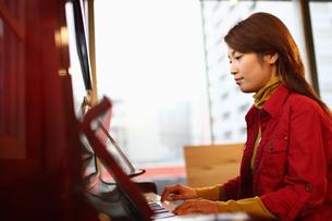 ピアノを弾く女性の写真素材 [FYI03050175]