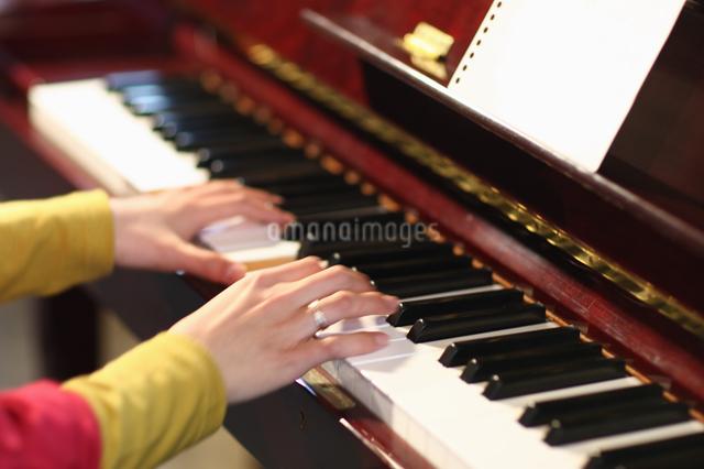 ピアノを演奏する手の写真素材 [FYI03050176]
