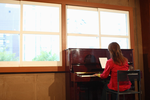 ピアノを弾く女性の写真素材 [FYI03050180]
