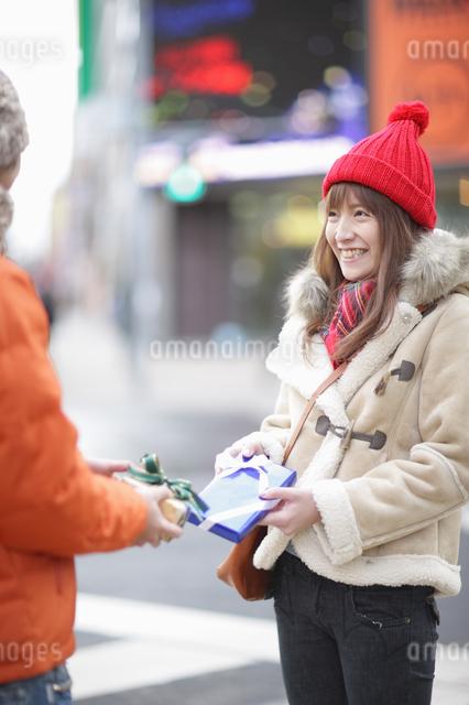 プレゼントを交換するカップルの写真素材 [FYI03050185]