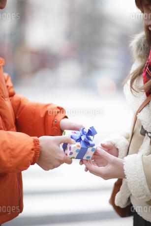 プレゼントを渡すの写真素材 [FYI03050215]