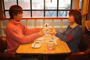 プレゼントを渡すカップルの写真素材 [FYI03050233]
