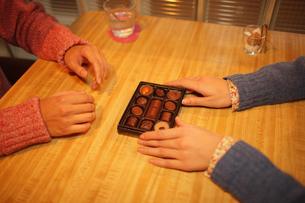 チョコレートを渡すの写真素材 [FYI03050234]