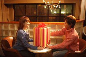 プレゼントを渡すカップルの写真素材 [FYI03050250]
