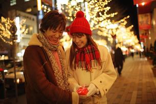 プレゼントを渡すカップルの写真素材 [FYI03050265]