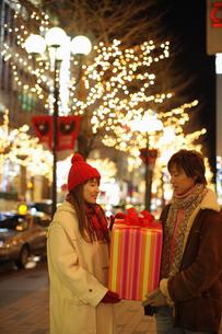 プレゼントを渡すカップルの写真素材 [FYI03050268]
