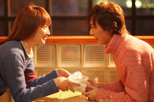 プレゼントを渡すカップルの写真素材 [FYI03050297]