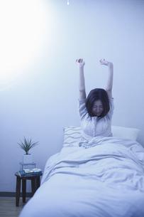 起床する女性の写真素材 [FYI03050329]
