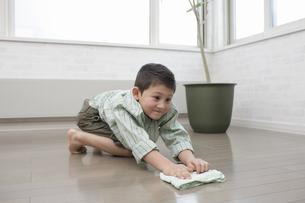 掃除をする少年の写真素材 [FYI03050332]