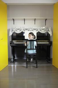 ピアノを弾く少女の写真素材 [FYI03050342]