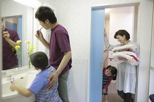歯を磨く親子の写真素材 [FYI03050344]