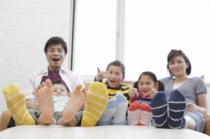 テレビ鑑賞する家族の写真素材 [FYI03050356]