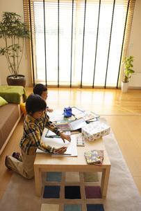 宿題をする兄弟の写真素材 [FYI03050377]