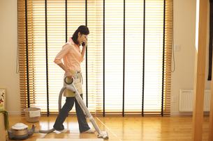 掃除をする女性の写真素材 [FYI03050463]