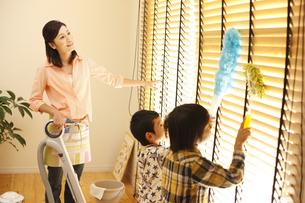 掃除をする母子の写真素材 [FYI03050466]