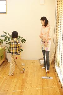 掃除をする母子の写真素材 [FYI03050468]