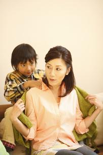 母親の肩を揉む息子の写真素材 [FYI03050470]