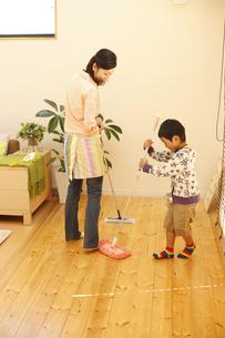 掃除をする母子の写真素材 [FYI03050472]