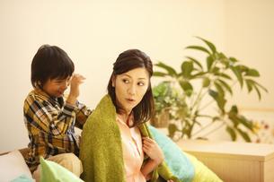母親の肩をたたく息子の写真素材 [FYI03050475]