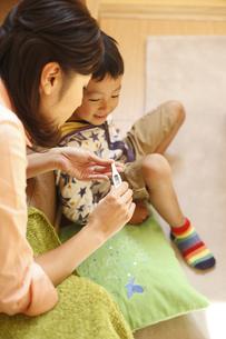 体温計を見る母子の写真素材 [FYI03050489]