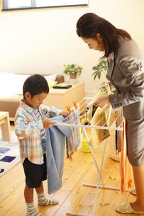 洗濯を干す母子の写真素材 [FYI03050516]