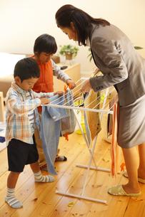 洗濯を干す母子の写真素材 [FYI03050519]