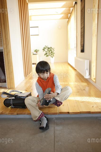 帰宅した少年の写真素材 [FYI03050525]