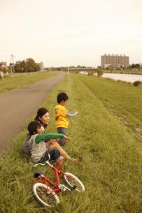 芝生に座る母子の写真素材 [FYI03050547]
