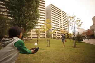 キャッチボールをする母子の写真素材 [FYI03050552]