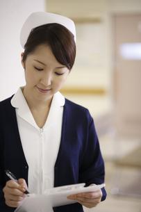 メモをとる看護師の写真素材 [FYI03050584]