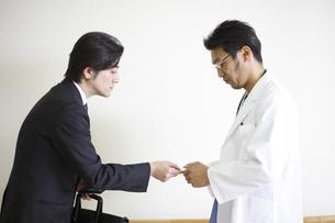ビジネスマンと医師の写真素材 [FYI03050613]