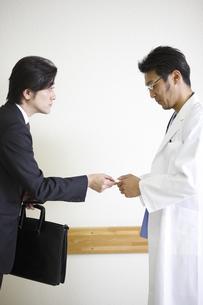 ビジネスマンと医師の写真素材 [FYI03050616]
