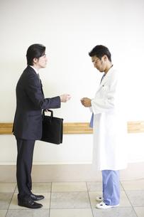 ビジネスマンと医師の写真素材 [FYI03050619]