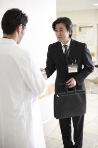 名刺を渡すビジネスマンの写真素材 [FYI03050620]