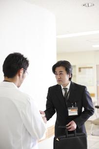 名刺を渡すビジネスマンの写真素材 [FYI03050622]
