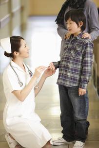 看護師と少年の写真素材 [FYI03050630]
