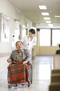 患者と看護師の写真素材 [FYI03050636]