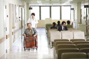 患者と看護師の写真素材 [FYI03050646]